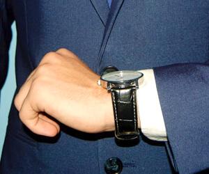時計を気にする男性