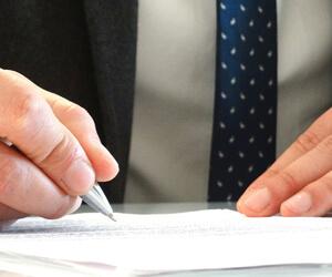 特許の書類を書くイメージ