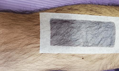 ボディヘアリムーバルワックスストリップスを貼った脚の写真